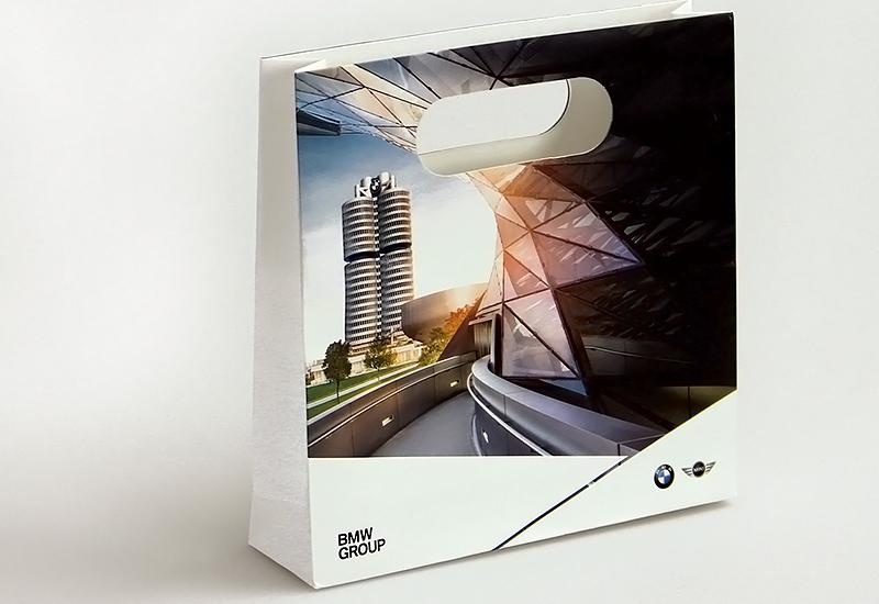 Papiertasche-mit-Griffloch-BMW